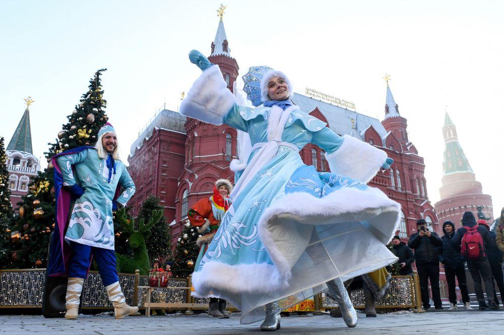 """Artyści na festiwalu """"Podróż do Bożego Narodzenia"""" na Placu Maneżowym w Moskwie"""