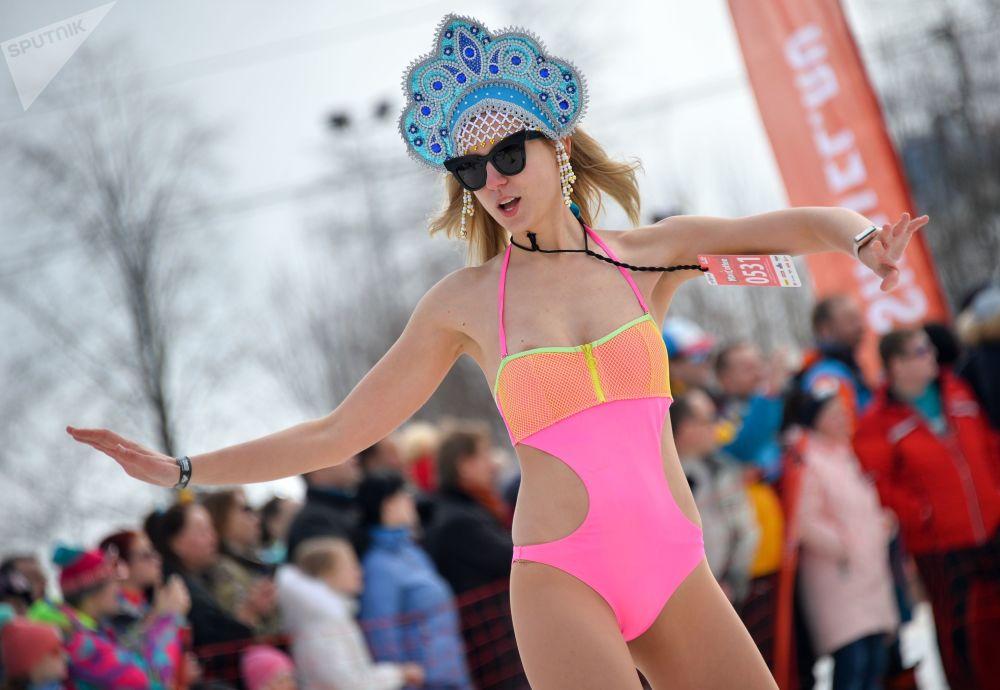 Uczestnicy karnawału BoogelWoogel-2018 podczas zbiorowego zjazdu z góry w kostiumach kąpielowych w ośrodku narciarskim Roza Chutor w Soczi