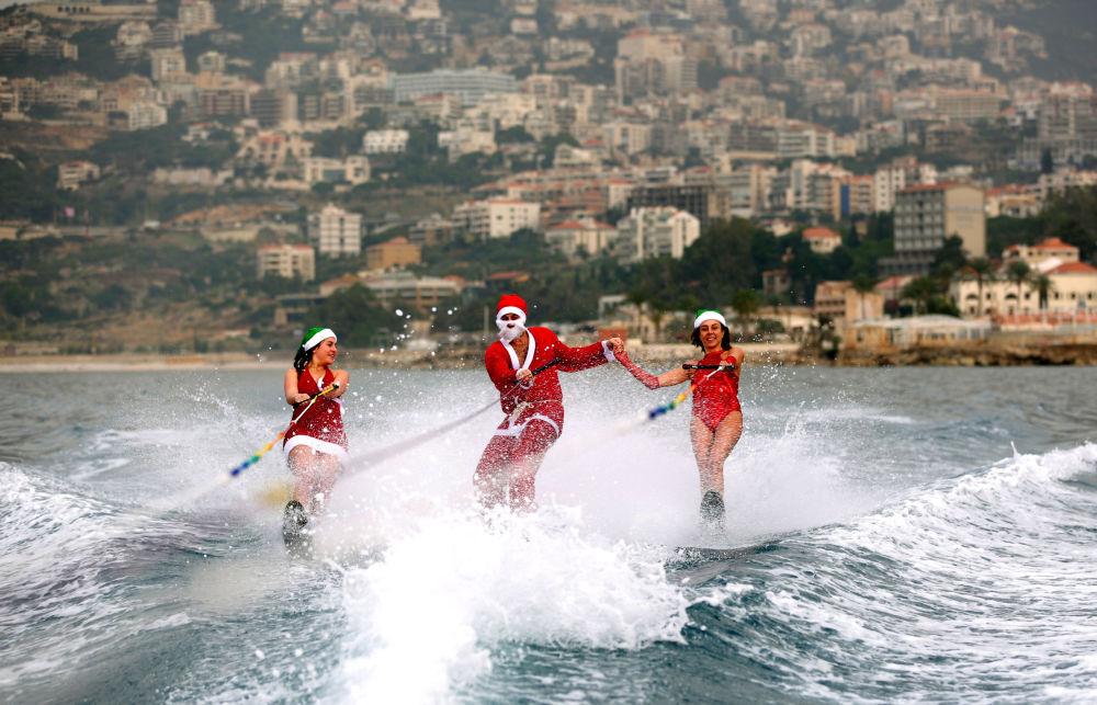 Narciarze wodni w kostiumach Świętego Mikołaja w Dżunija, Liban