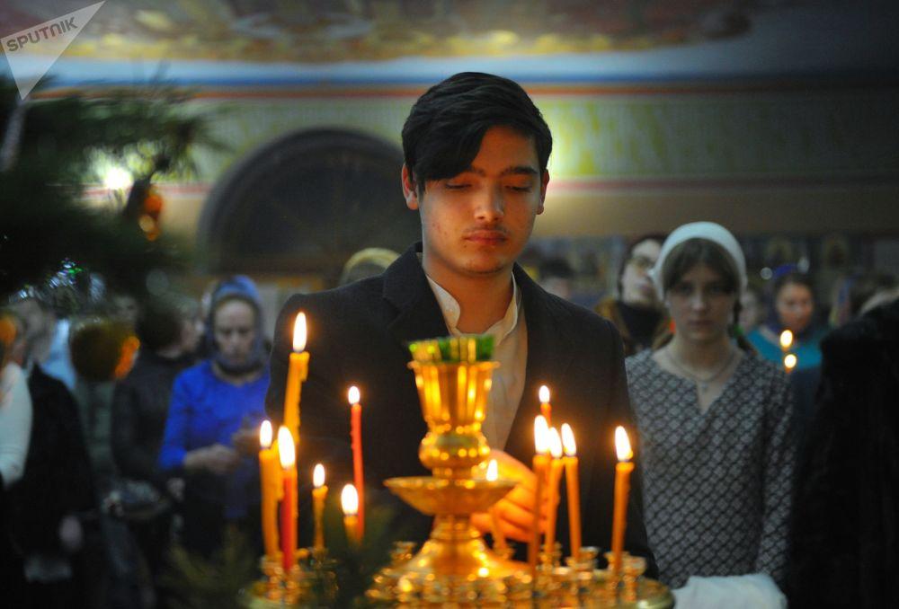 Parafianie w cerkwi św. Michała Archanioła w Groznym podczas Mszy Bożonarodzeniowej