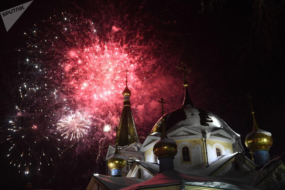Sztuczne ognie nad Soborem Wniebowstąpienia Pańskiego w Nowosybirsku przed prawosławnym Bożym Narodzeniem