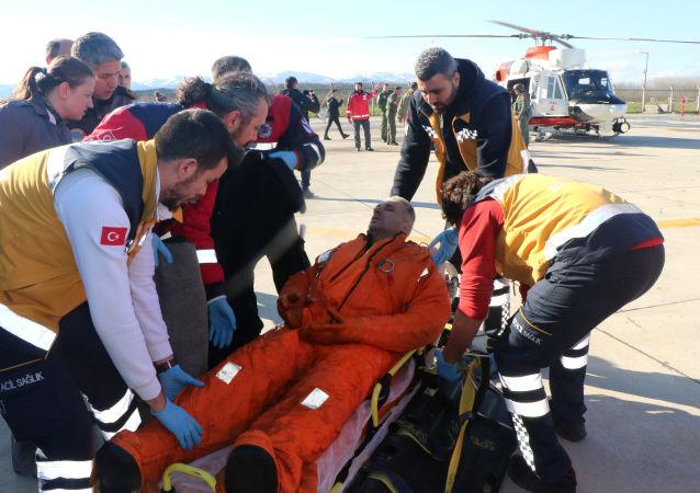 """Służby medyczne udzielają pomocy marynarzowi ze statku """"Volga-Balt na lotnisku w Samsun"""