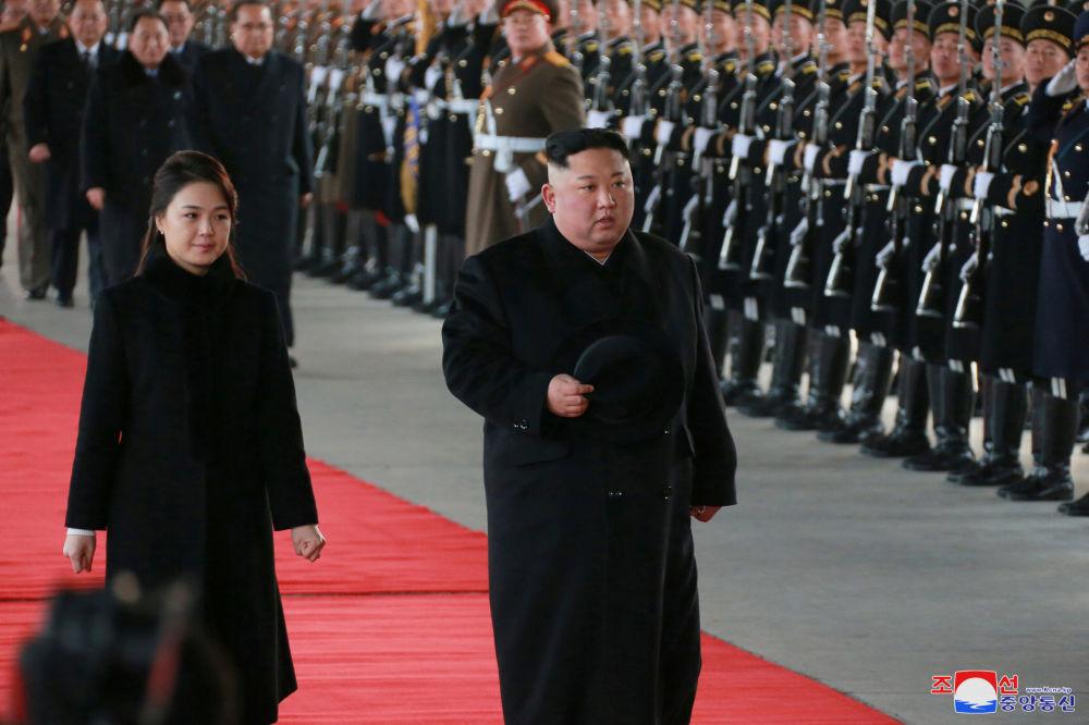 Przywódca Korei Północnej Kim Dzong Un z żoną podczas wizyty w Pekinie