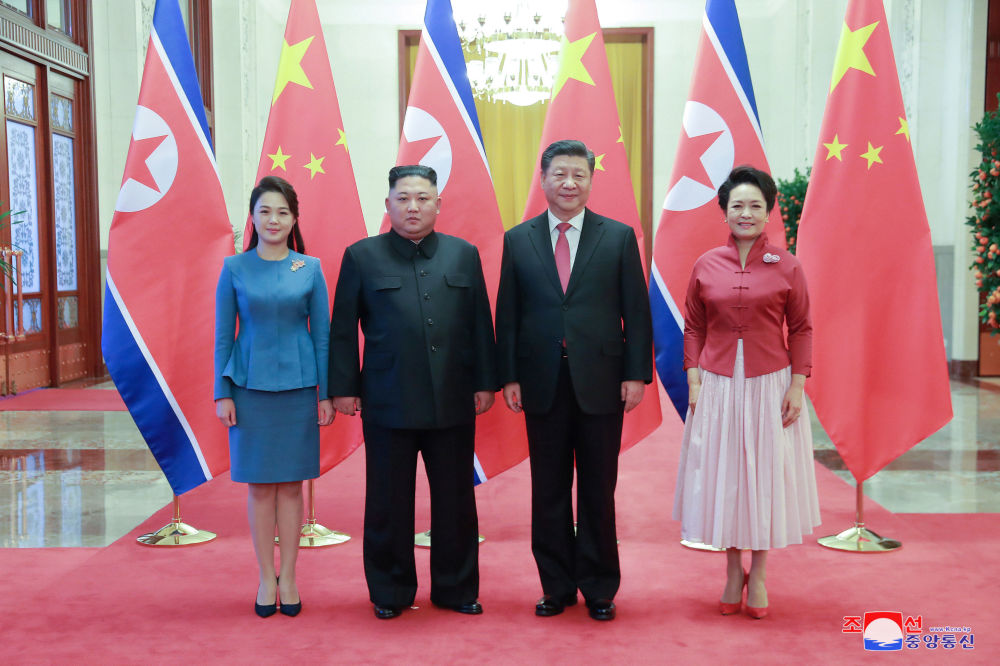 Kim Dzong Un i Xi Jinping z żonami podczas spotkania w Pekinie