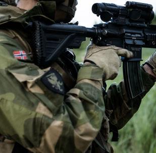 Norweski żołnierz na ćwiczeniach wojskowych. Zdjęcie archiwalne