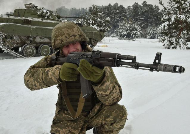 Ukraiński żołnierz podczas ćwiczeń