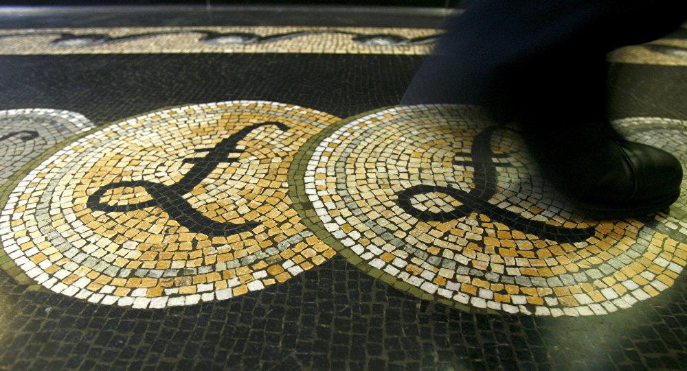 Mozaika z symbolem brytyjskiego funta w Bank of England