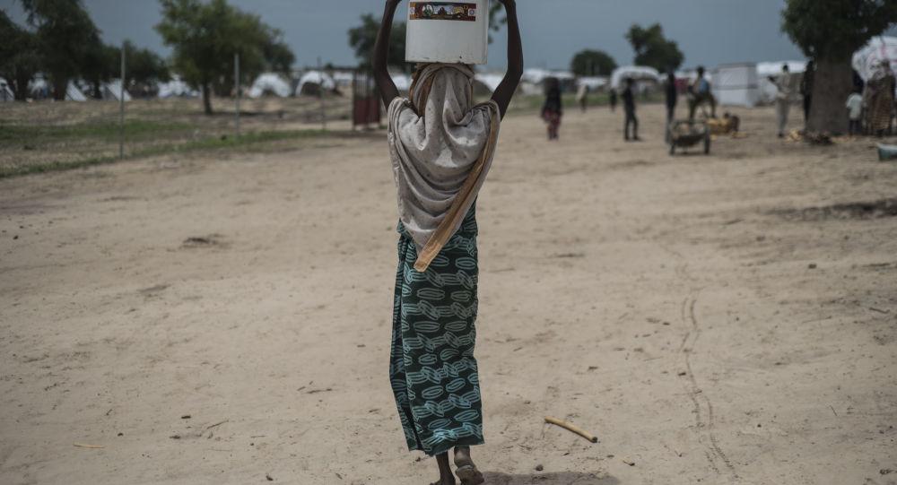 Kobieta na ulicy nigeryjskiego miasta Rann