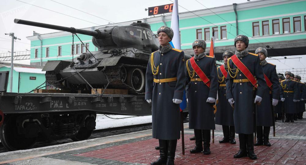 Poczet sztandarowy podczas uroczystej ceremonii przyjęcia pociągu z czołgami T-34 w Nowosybirsku