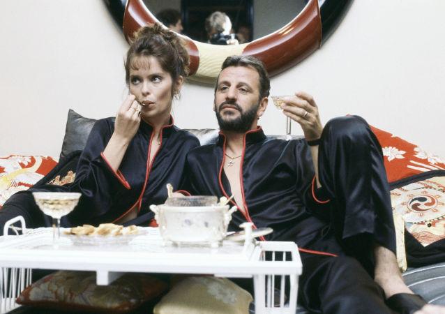 Ringo Starr - muzyk i perkusista grupy The Beatles z żoną Barbarą Bach