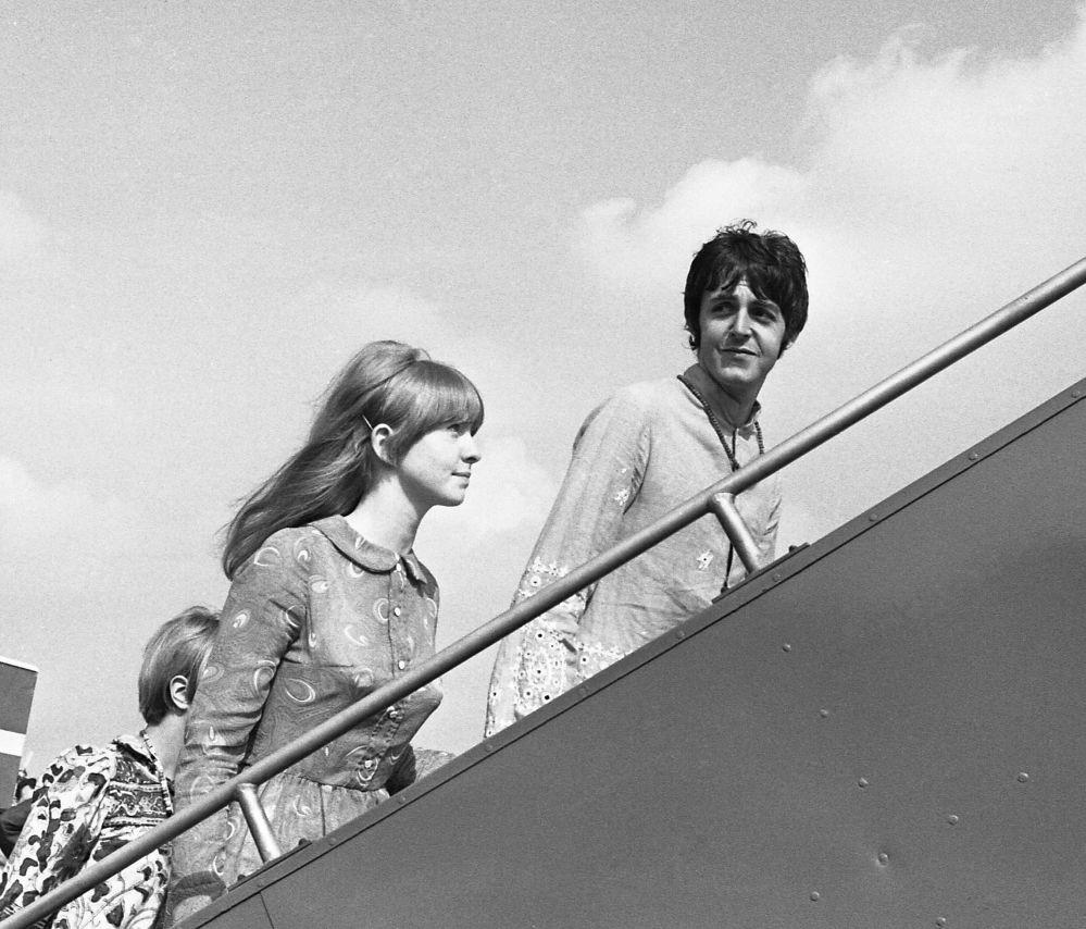 Członek zespołu The Beatles Paul McCartney z przyjaciółką Jane Asher
