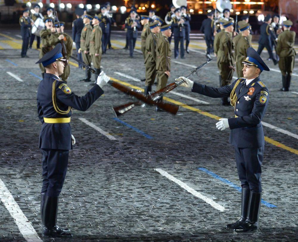 Żołnierze warty honorowej i orkiestra pułku prezydentskiego Rosji na ceremonii otwarcia Międzynarodowego Festiwalu Muzyki Wojskowej Spasskaja Basznia