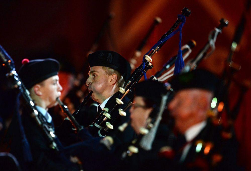 Orkiestra Zjednoczeni muzyką z Irlandii na ceremonii otwarcia Międzynarodowego Festiwalu Muzyki Wojskowej Spasskaja Basznia