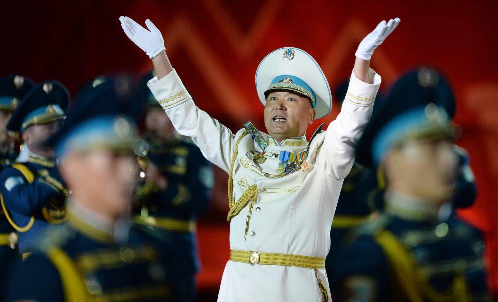 Żołnierze warty honorowej i orkiestra pułku prezydentskiego Ajbyn z Kazachstanu na ceremonii otwarcia Międzynarodowego Festiwalu Muzyki Wojskowej Spasskaja Basznia