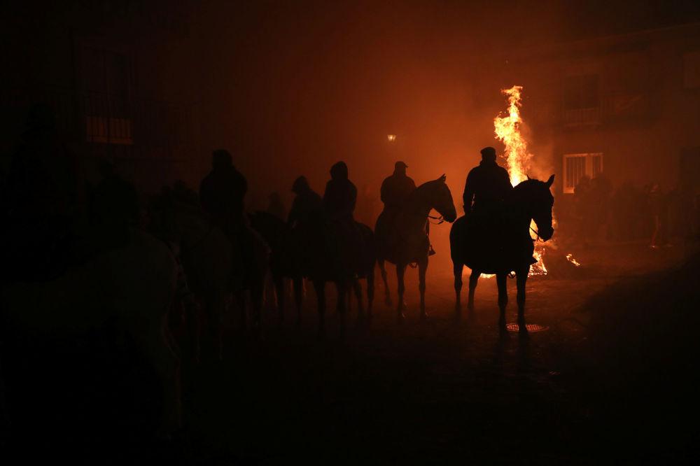 Uczestnicy festiwalu Las Luminarias w Hiszpanii