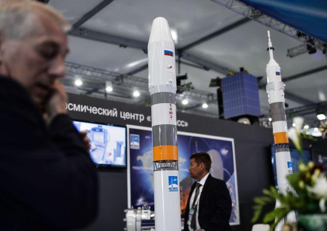 """Makieta rakiety """"Sojuz-5.1"""" na stanowisku Centrum Rakietowo-Kosmicznego """"Progress"""" na Międzynarodowym Salonie Lotniczym i Kosmicznym w Żukowskim pod Moskwą"""