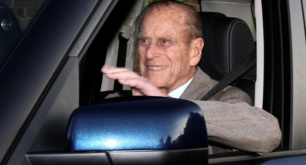 Małżonek brytyjskiej królowy Elżbiety II za kierownicą