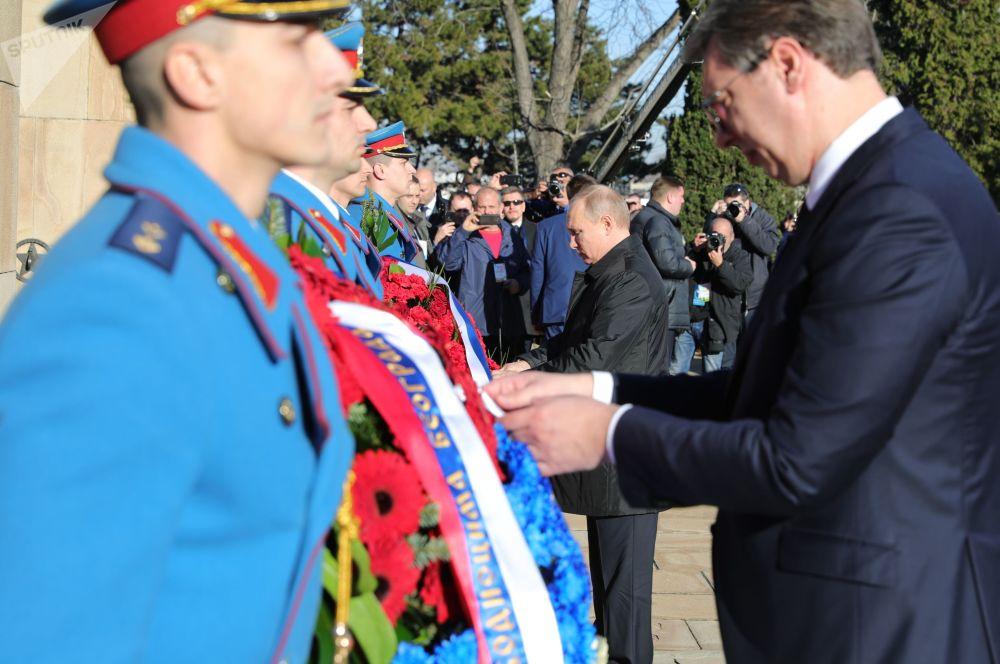 Putin i Vučić złożyli wieńce przez Pomnikiem Wyzwolicieli Belgradu