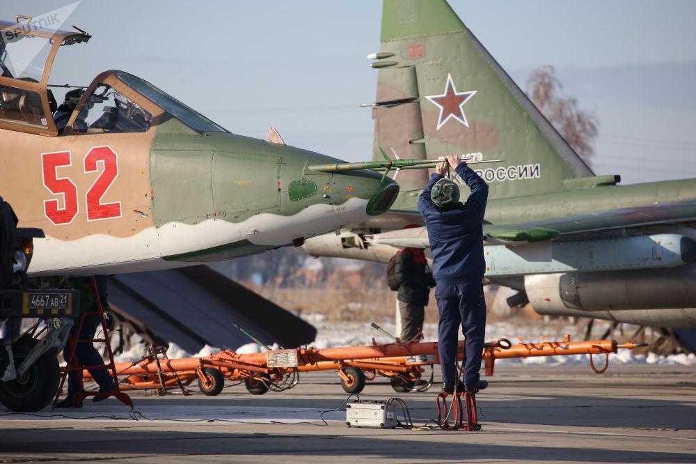 Przygotowanie samolotu szturmowego Su-25SM3 podczas ćwiczeń taktycznych w Kraju Krasnodarskim
