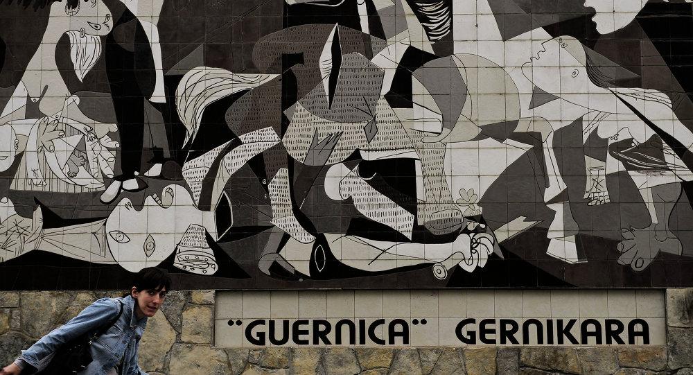 Ściana z wizerunkiem słynnego obrazu Pablo Picasso Guernica, upamiętniającego ofiary wojny domowej w Hiszpanii w latach 1936-1939