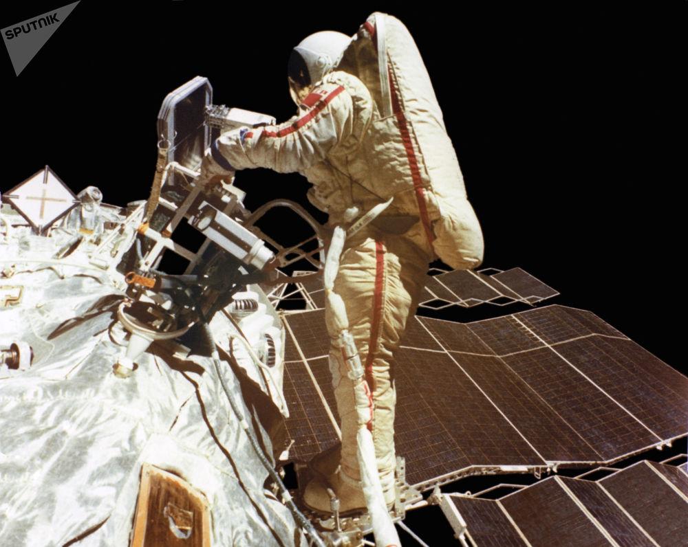 Swietłana Sawickaja w otwartym kosmosie