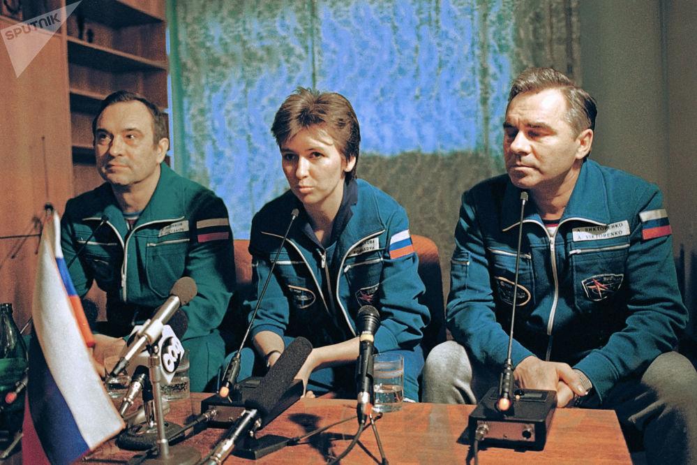 Załoga Sojuza ТМ-20: Aleksandr Wiktorenko, Jelena Kondakowa i Walerij Polakow
