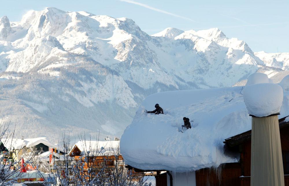 Австрийские военные во время расчистки крыши после сильного снегопада в Верфенвенге