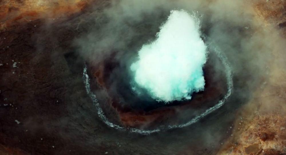 Moment wybuchu gejzera w Islandii uwieczniony na filmie