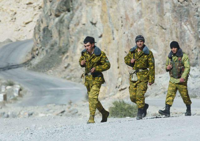 Funkcjonariusze Straży Granicznej na tadżycko-afgańskiej granicy