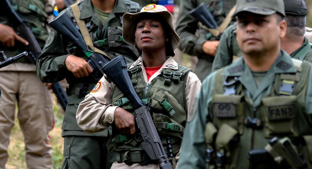 Wojskowi Wenezueli z bronią w Caracas