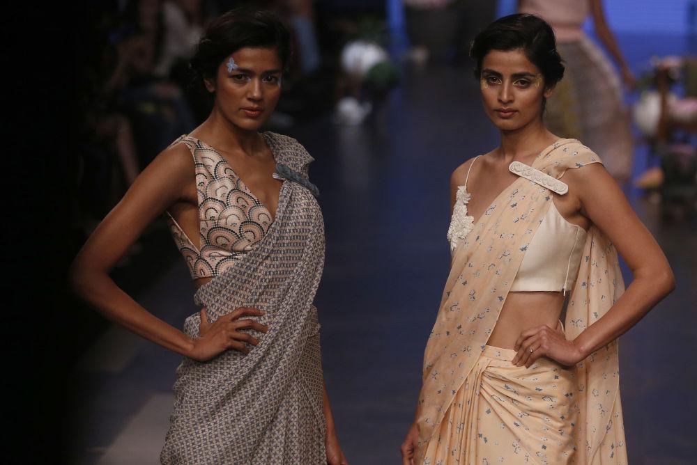 Modelka prezentuje kreację projektanta Varuna Bahla podczas India Fashion Week w Mumbaju