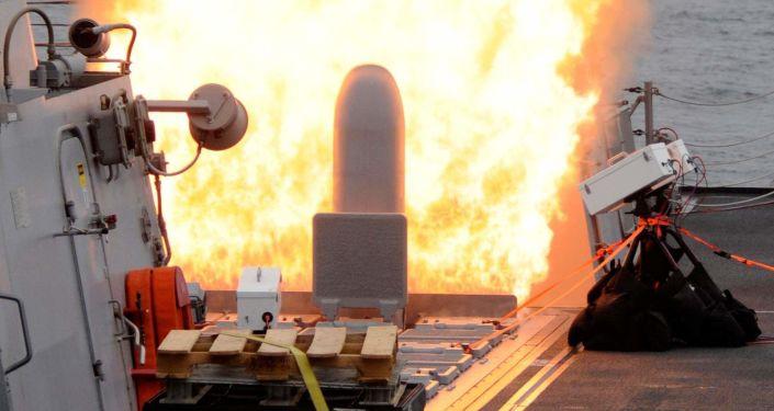 Wystrzelenie pocisku Tomahawk z wyrzutni MK41 na niszczycielu USS Sterett (DDG-104)