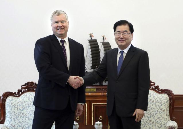Wysłannik USA ds. KRLD Stephen Biegun i sekretarz ds. bezpieczeństwa państwowego Republiki Korei Chung Eui-yong