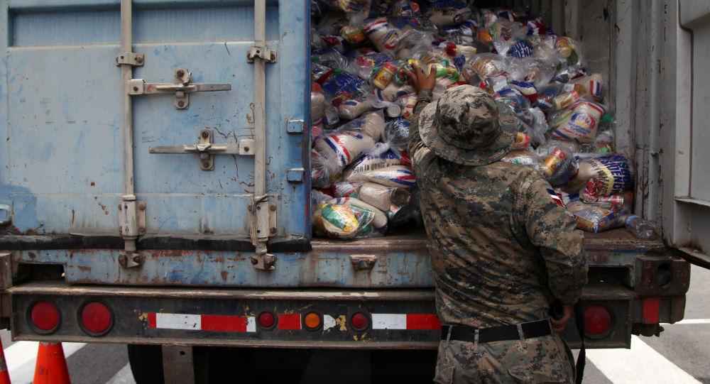 Wojskowy sprawdza paczki żywnościowe w czasie przygotowań do nadejścia huraganu Maria na Dominikanie