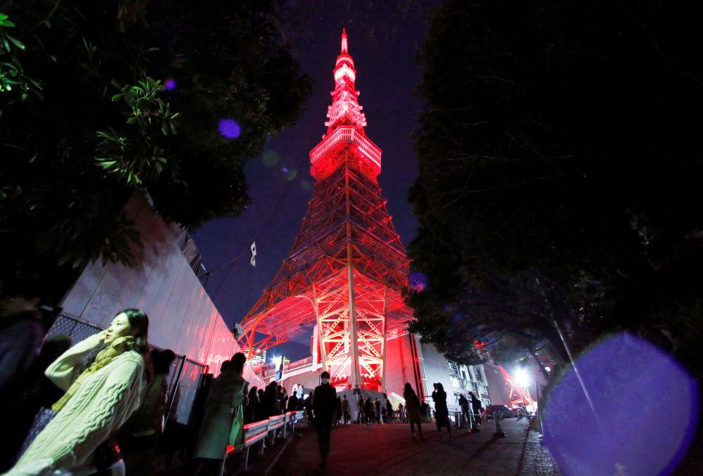 Podświetlenie wieży telewizyjnej w Tokio z okazji Chińskiego Nowego Roku w Japonii
