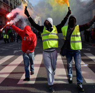Uczestnicy demonstracji na ulicach Paryża