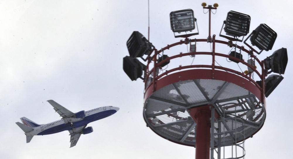 Samolot pasażerski startuje z lotniska Domodiedowo. Zdjęcie archiwalne