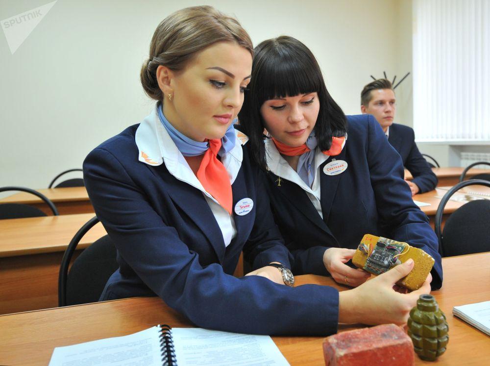 Stewardessy podczas szkoleń
