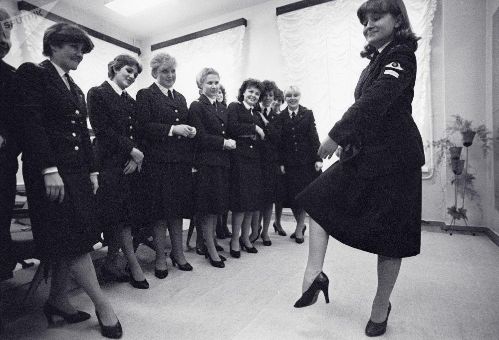 Stewardessy uczą się tańca. Zdjęcie archiwalne