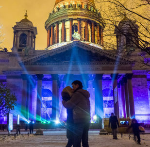 Pokaz multimedialny Festiwal Światła 2016 na fasadzie Soboru świętego Izaaka Dalmatyńskiego w Petersburgu