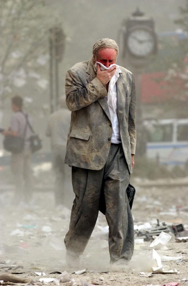 Mężczyzna na ulicy Nowego Jorku po zamachach terrorystycznych 11 września