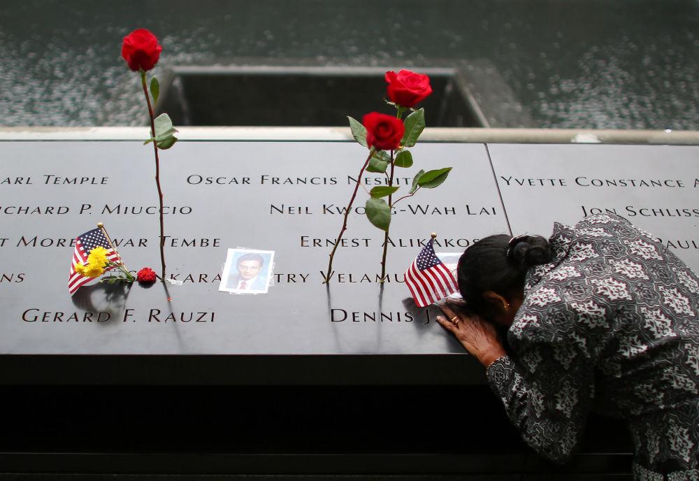 Kobieta przy pomniku ofiar ataku na WTC