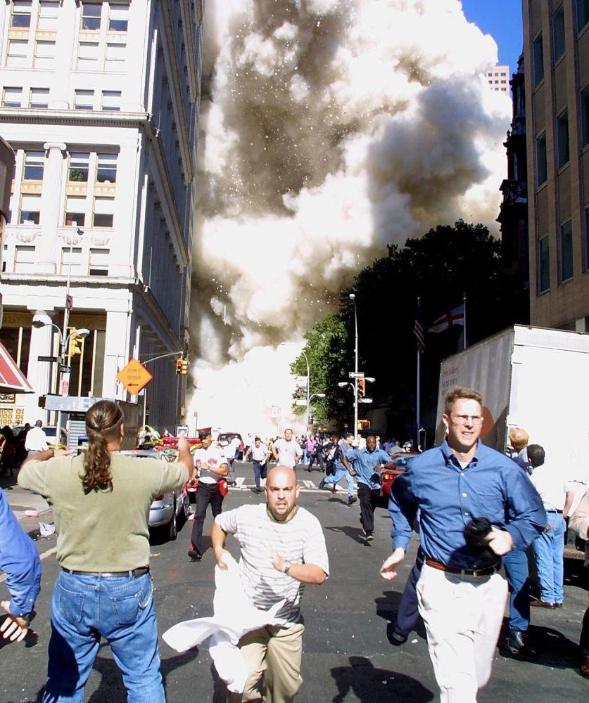 Ludzie uciekają przed kłębami dymu