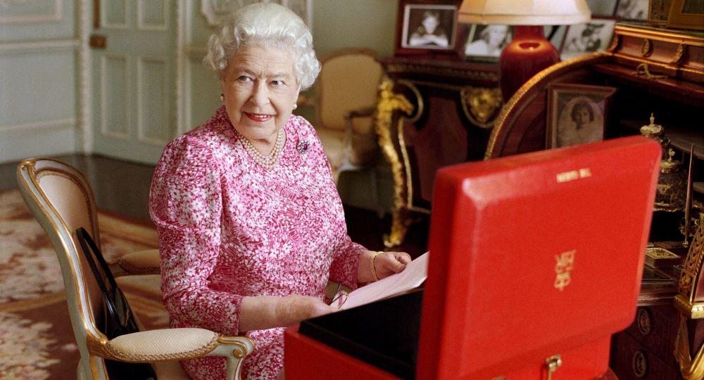 Królowa Wielkiej Brytanii Elżbieta II w swoich apartamentach w pałacu Buckingham