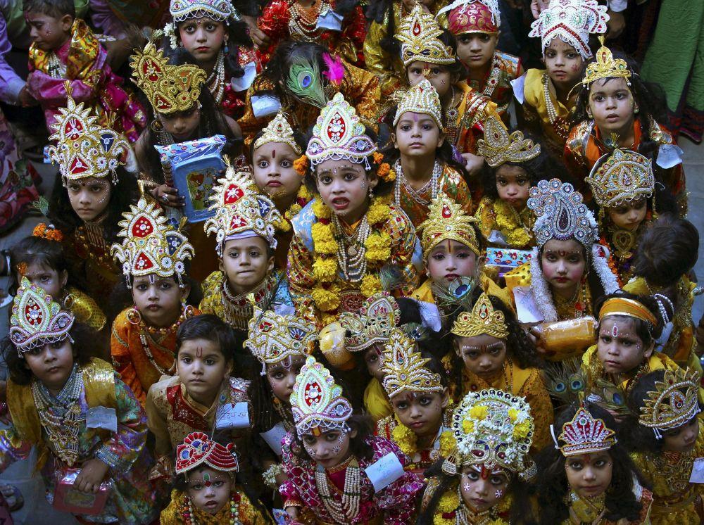 Dzieci na festiwalu Kryszna dźanmāsztami w Indii