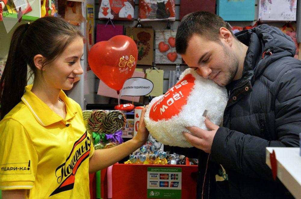 Rosjanin kupuje pluszowe serce
