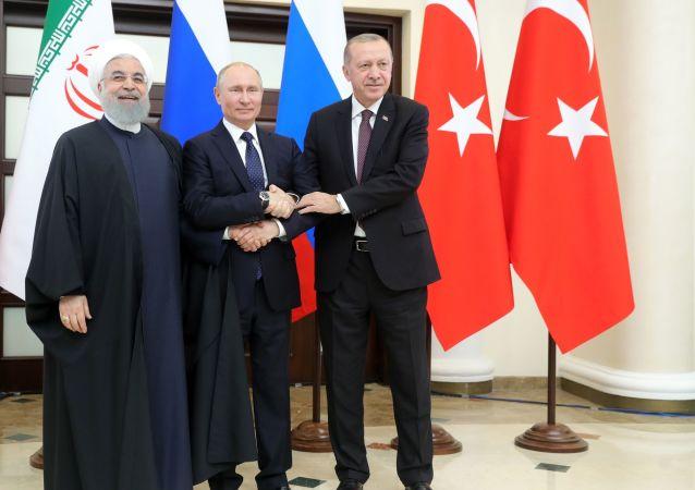 Prezydenci Iranu, Rosji i Turcji Hasan Rouhani, Władimir Putin i Tayyip Erdogan
