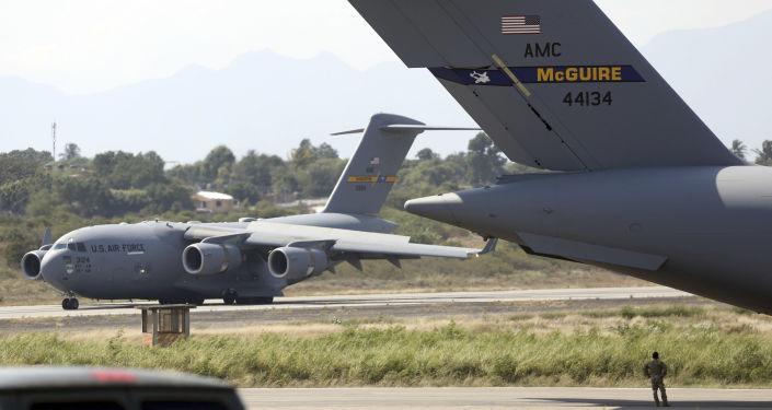 Amerykańskie samoloty z pomocą humanitarną dla Wenezueli na lotnisku w Kolumbii.