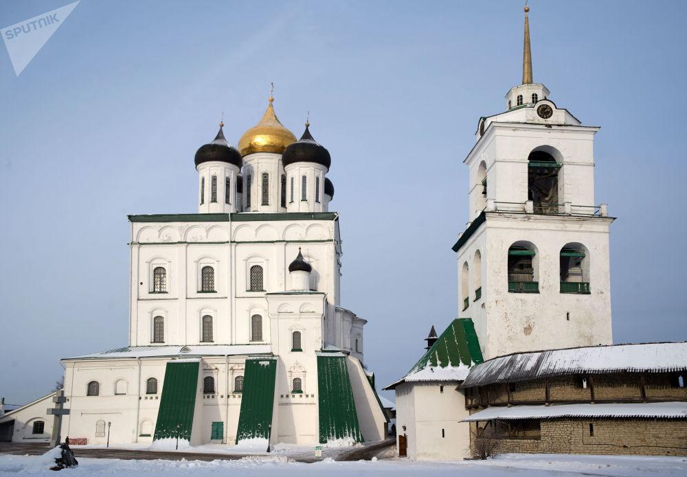 Sobór św. Trójcy z dzwonnicą na terenie Centrum Historyczno-Architektonicznego Pskowskiego Kroma