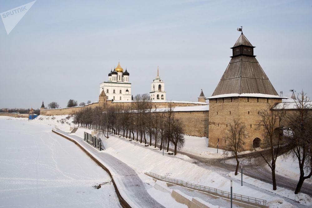 Wieża Własjewska i Sobór św. Trójcy na terenie Centrum Historyczno-Architektonicznego Pskowskiego Kroma